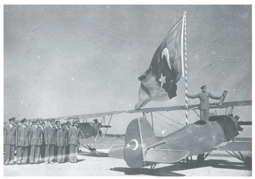 Nu.D-36 Eğitim Uçakları, Yeşilköy 24.8.1942. Nuri Demirağ Gök Okulu'nda pilot olarak yetiştirilen İstanbul Teknik Üniversitesi öğrencilerinin uçuş merasimi (Mehmet Kum arşivi)