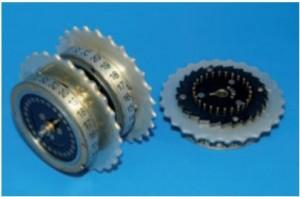 Enigma'nın rotorları. Yan yatmış rotorda 26 pin ve öndeki rotorda 26 levha gözükmektedir.