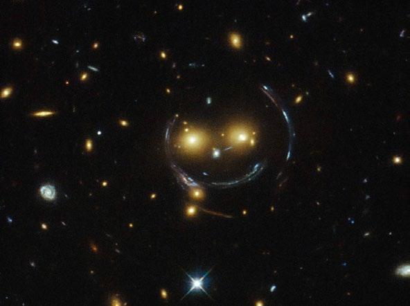 Işığın galaksi tarafından bükülmesiyle oluşan çembersel çizgiler
