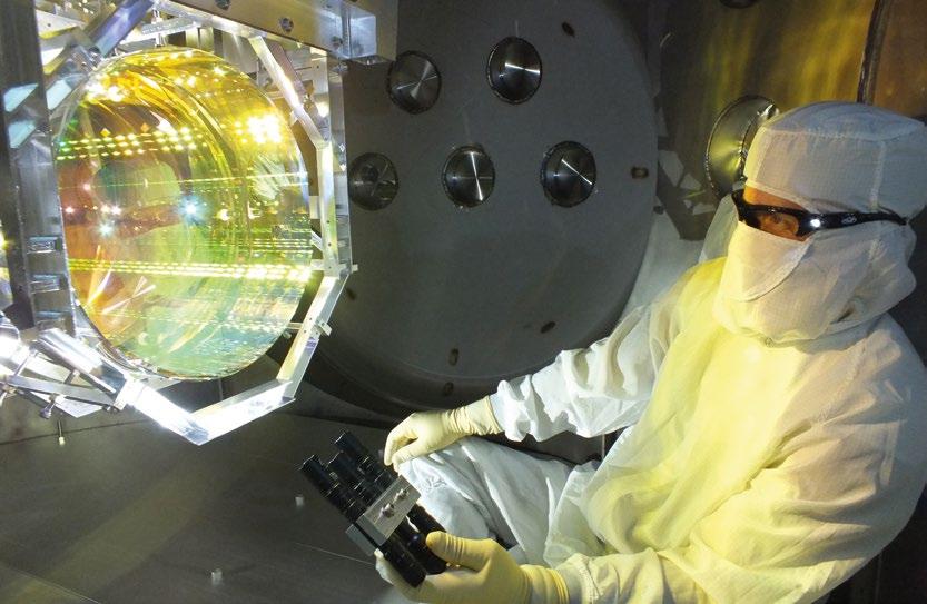 Vakum sistemini çalıştırıp kanalı kapatmadan önce, LIGO teknisyeni interferometrenin aynalarına ışık tutarak inceleme yapıyor. LIGO'nun istenen şekilde çalışması için optik yüzeylerde herhangi bir kirlilik bulunmaması gerekiyor.