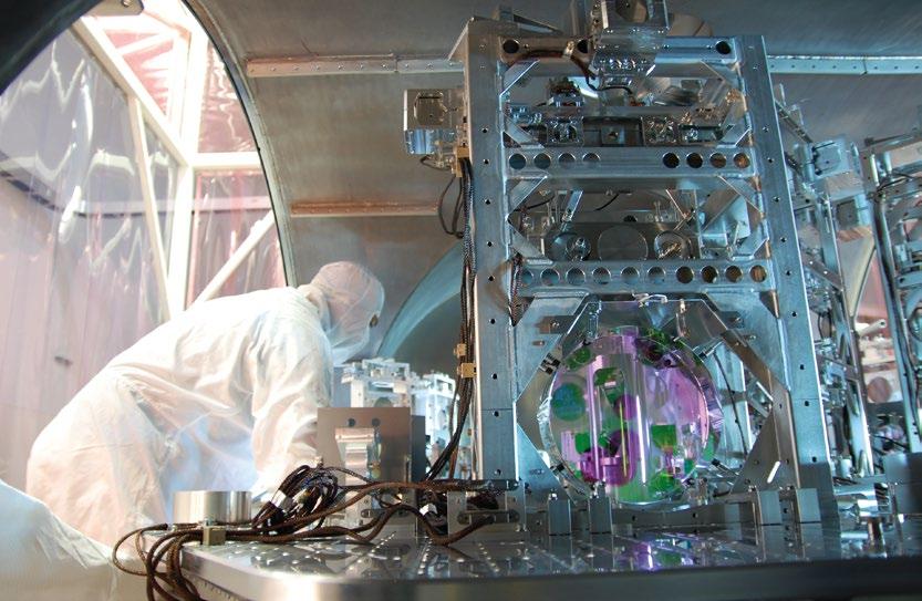 LIGO'nun optik parçaları üzerinde çalışan teknisyenler. Her detektörde 4 kilometre boyunca uzanan ve L şeklindeki kollara verilen lazer ışını iki kola ayrılarak ileri geri gider. İnterferometrenin kollarının iki ucuna mutlak hassaslıkla yerleştirilen aynaların konumlarını ölçmek için lazer ışınları kullanılır. Einstein'ın genel görelilik kuramına göre detektörün içinden bir kütleçekim dalgası geçtiğinde aynalar arası uzaklık değişecek ve bilim insanları bunu görebilecek.